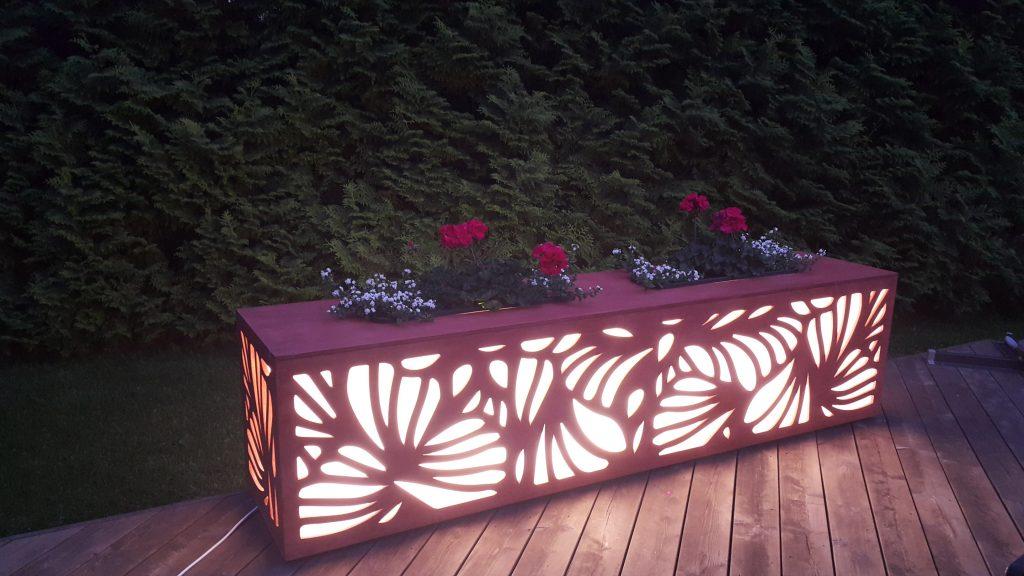 Valgusega puidust lillekastid